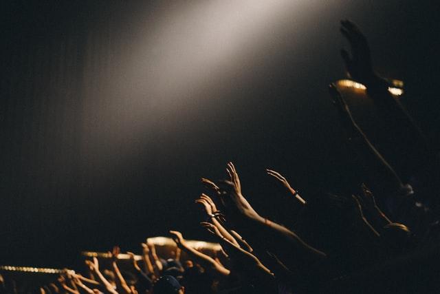 edwin andrade 6liebVeAfrY unsplash - Vor dem Konzert – worauf man achten sollte